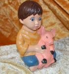 Junge mit Schweinchen